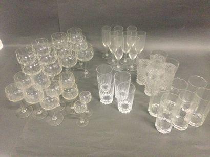 lot de verres dépareillés : flûtes a champagne,...
