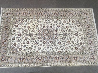 TAPIS KASHAN en laine sur trame coton à décor de médaillon central, fleurs et rinceaux...