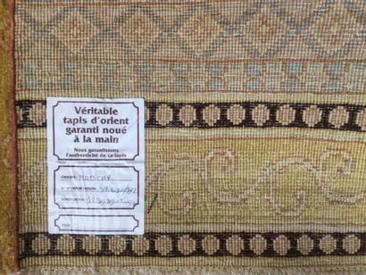 TAPIS Pakistan MODKAR en laine sur trame coton à décor rayé et motifs géométriques,...