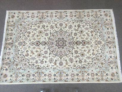 TAPIS Persan Naïn 9LA en laine sur trame coton, décoré d'un médaillon central, fleurs...