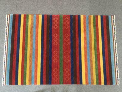 TAPIS LOOM en laine à décor de rayures , dim. 185 x 125 cm.