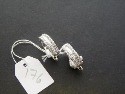 Paire de boucles d'oreilles en or gris 18K...