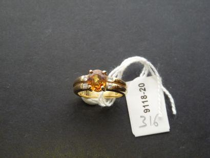 Bague en or jaune 18K (750/oo) centrée d'une...