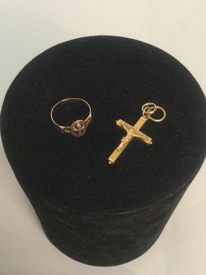 Lot: 2 bijoux en or ( une croix et une bague)...