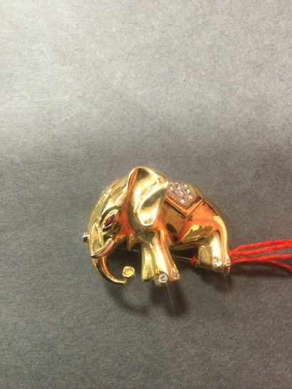 Broche en or jaune 18K (750/oo), décor d'éléphant...