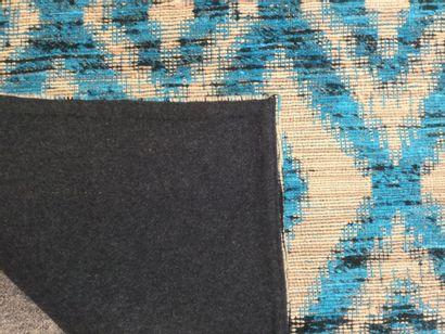 TAPIS moderne à décor de motifs losangés, dim. 185 x 125 cm