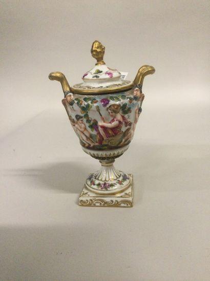 CAPODIMONTE petite urne couverte à décor...