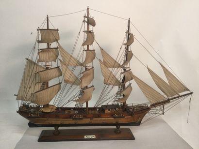 Une maquette de bateau FREGATE XVIIIe