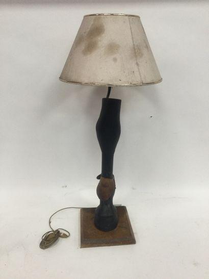 Lampe en bois, à décor de pied de cheval,...