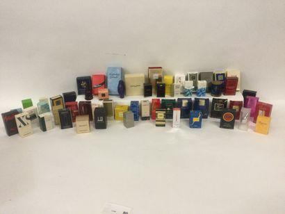 Collection d'environ 57 miniatures de parfum...