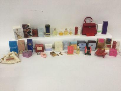 Collection d'environ 38 miniatures de parfum...
