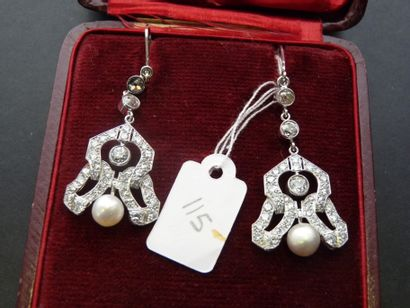 Paire de pendants d'oreilles en or gris 18K...