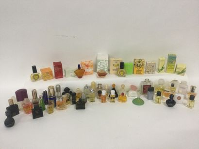 Collection d'environ 60 miniatures de parfum...
