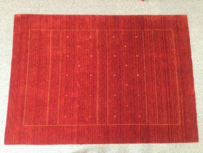 TAPIS LOOM LORY en laine à décor de motifs sur fond rouge, dim. 200 x 140 cm