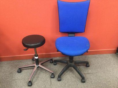 1 chaise et 1 tabouret à roulette