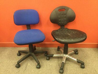 2 petits fauteuils à roulettes de travai...