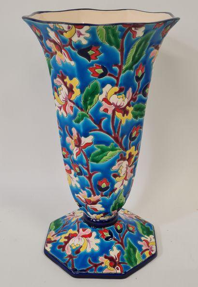 LONGWY, Vase cornet, émaux en reliefs cernés...