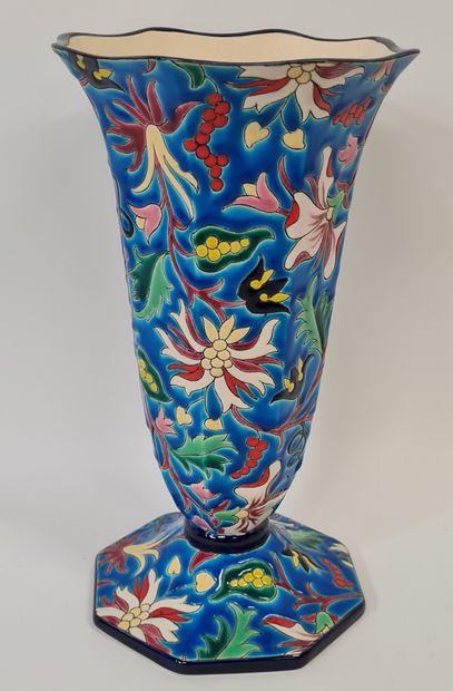 LONGWY, Vase cornet, émaux en relief cernés...