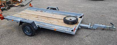 Remorque plateau un essieu à système de bascule...