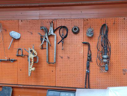 Lot comprenant un établi, servante avec outillages de carrossier, une armoire métallique...