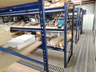 Rayonnages 2 niveaux modulables en métal avec plancher industriel et escalier métallique,...