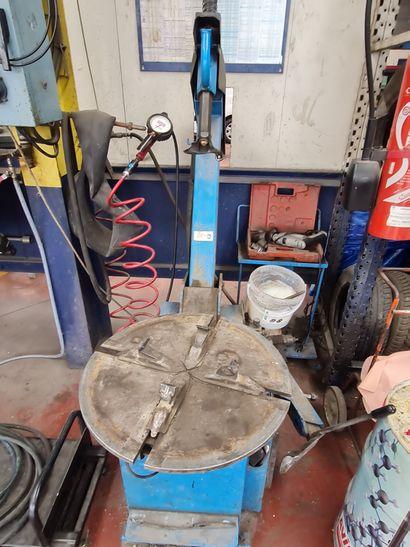 Machine démonte pneu, de marque RAV, modèle...