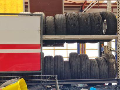 Ensemble de deux racks à pneus avec pneus...