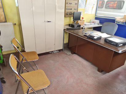Contenu d'un bureau comprenant : armoire...