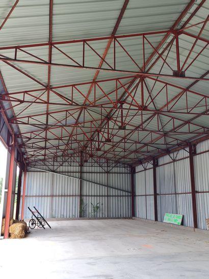 BÂTIMENT ossature métallique, surface env. 350 m2, toiture deux pans, système de...