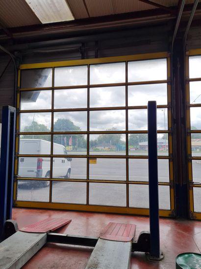 Lot de 2 portes sectionnelles entièrement vitrées à actionnement manuel par chaine,...