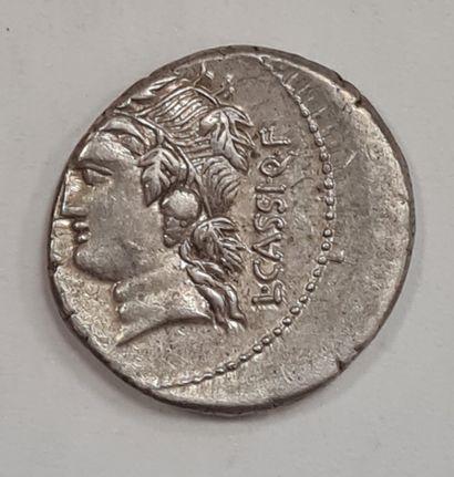 REPUBLIQUE ROMAINE - CASSIA - Denier argent - A/ Tête imberbe de Bacchus (Liber)...
