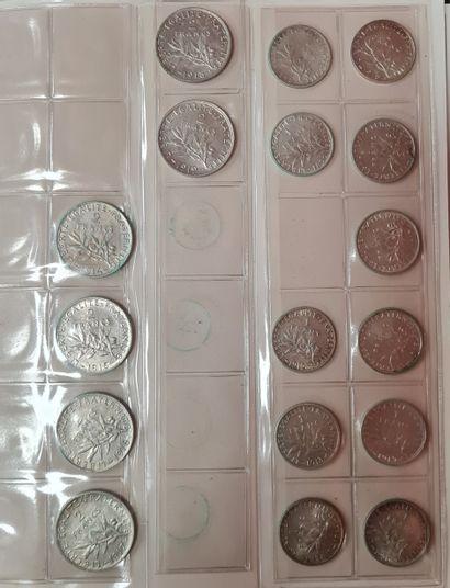 Classeur contenant en environ 300 monnaies...