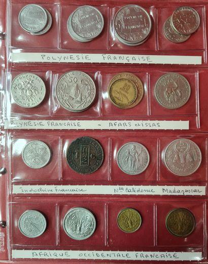 Classeur contenant environ 200 monnaies étrangères...