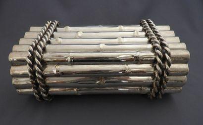 Importante boîte figurant un fagot de bambous...