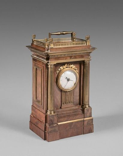 43- Pendule borne en placage d'acajou, bronze...