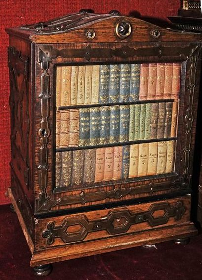 47- Coffret en bois de placage et plaques de métal en forme d'armoire ouvrant à...