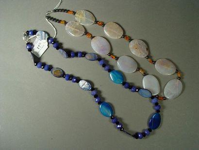 17- Sautoir en nacre et pierres dures bleues...