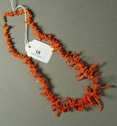 18- Collier en corail  Longueur : 45 cm