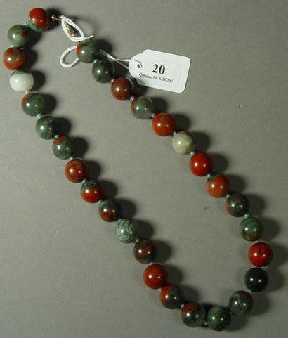 20- Deux colliers en jaspe et pierres dures...