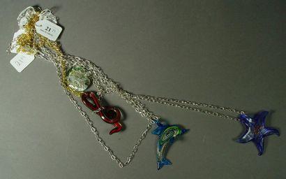 21- Quatre pendentifs en Murano avec leur...