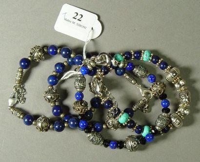 22- Quatre bracelets fantaisie en métal argenté...