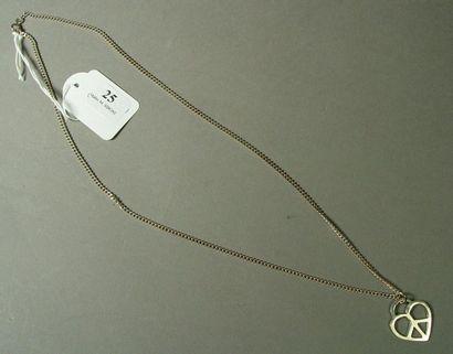 25- Chaîne en argent et son pendentif ''coeur''...