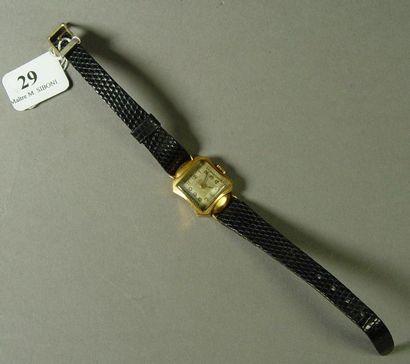 29- Montre de dame en or  Bracelet cuir  Pds...
