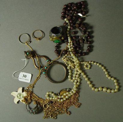 30- Lot de bijoux fantaisie : colliers, bagues,...