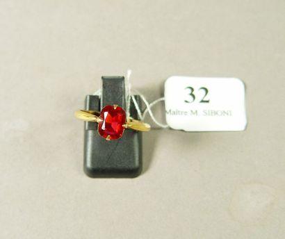 32- Bague en or sertie d'une pierre rouge...