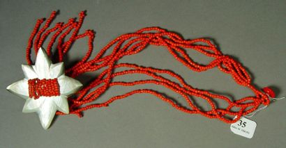 35- Collier cinq rangs de perles rouges orné...