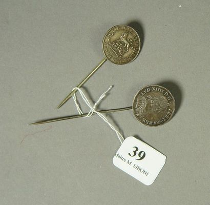 39- Deux épingles de cravate en argent serties...