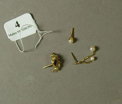 4- Lot de trois boucles d'oreilles diverses...