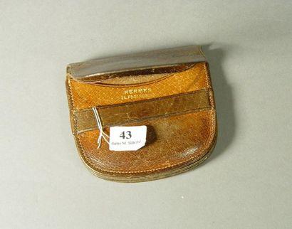 43- HERMES  Porte-monnaie en cuir marron...