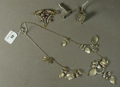 46- Lot de métal argenté :  collier draperie...